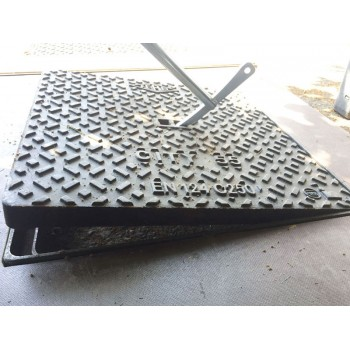 Utilizzabile come leva di aggancio nelle asole o caditoie per un sollevamento meccanico.